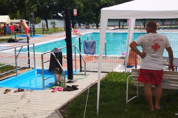 FOTO: Prvý víkend boli na kúpaliskách stovky ľudí