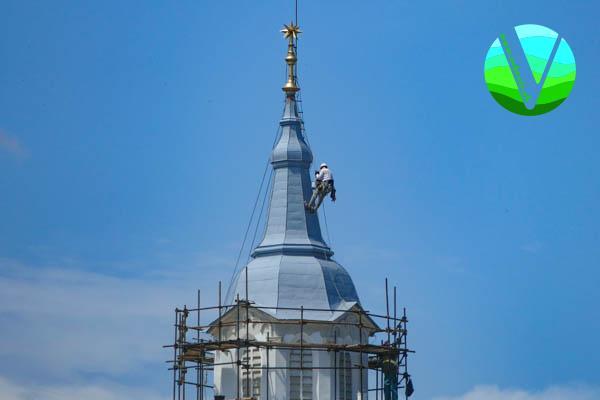 Na kostolnej veži natierali najvyššiu časť strechy