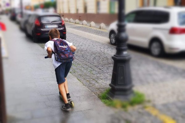 Elektrokolobežka na chodníku by nemala prekročiť rýchlosť chôdze