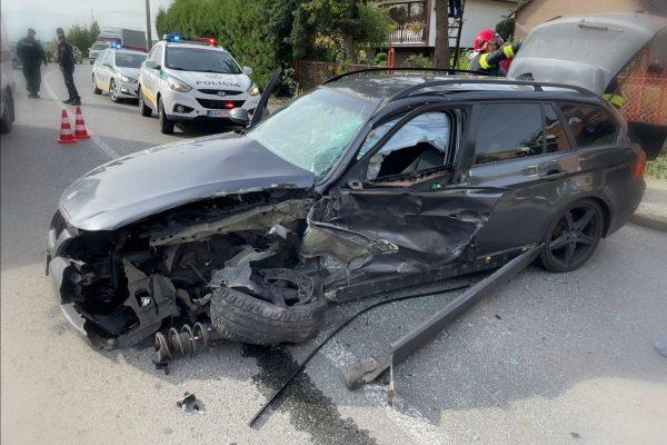 Pri Teriakovciach sa zrazilo auto s kamiónom. Cesta je uzavretá