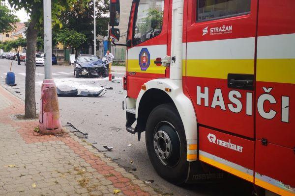 AKTUALIZOVANÉ: Nehodu na Železničnej prevzal vyšetrovateľ. V Hnúšti havarovala taxikárka + foto