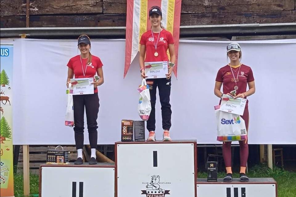 Biatlonistka Ema Kapustová na stupni víťazov
