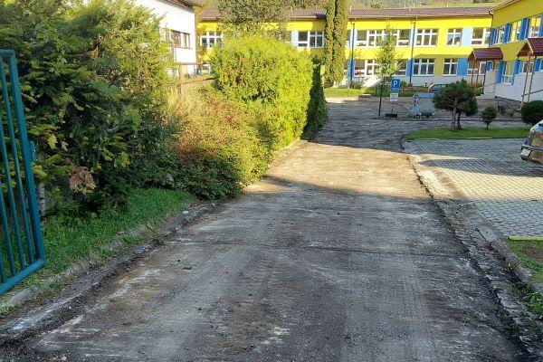 Začali s prípravami na asfaltovanie v Tisovci